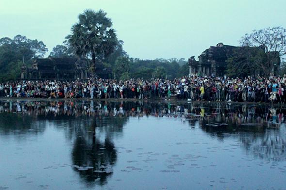 crowds_at_sunrise_angkor_wat